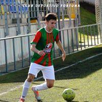 Dribbling de jugador de fútbol CD Fortuna