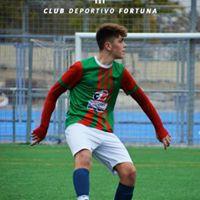 Jugador de fútbol pisando el balón CD Fortuna